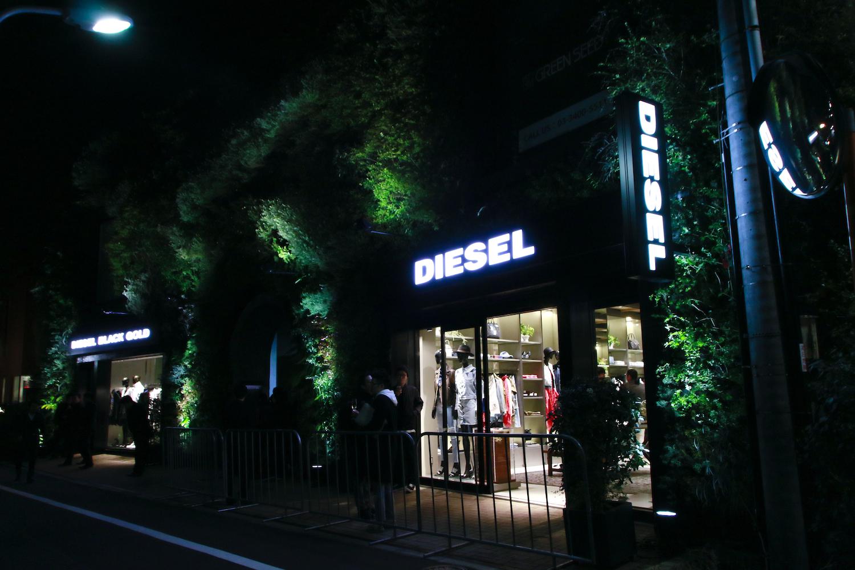 隣接する教会も会場として活用され、デニムで製作されたウェディングドレスのミニファッションショーを実施。DIESEL LIVINGのアイテムもテーブルセッティングされ、